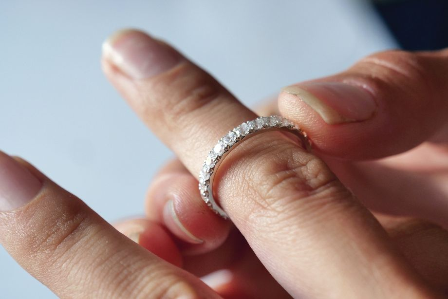 Woman wondering if Moissanite rings can be be resized